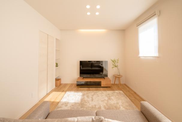 暖かい光がリビングを包む間接照明とダウンライト。 リビング小物もすっきり収納できます。