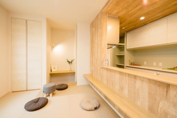 ごろんと横になれる小上がり和室。 床下収納に棚などたっぷり収納! カウンターを設け、本を読んだり勉強したりと多目的空間に。