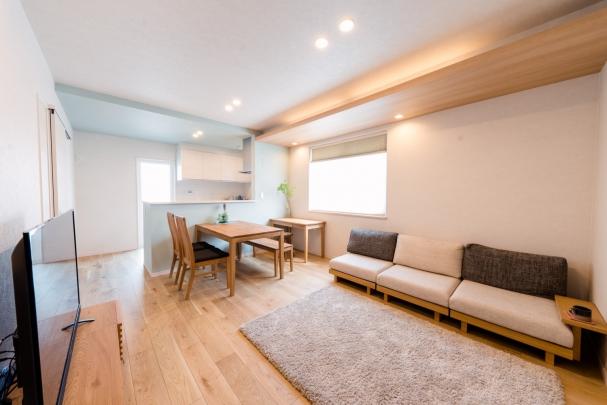 木目天井とこだわりの間接照明。 用途に合わせてリモコン操作可能です。 家事・趣味などを楽しむスタディコーナーを設けました。