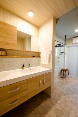 ゆったり使えるワイド洗面台! 室内干しスペース+たっぷり収納。らくらく家事動線