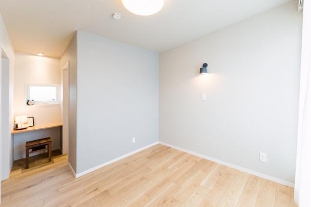 寝室角に家族と趣味を楽しむスタディスペースを設置。その横には広々WIC。