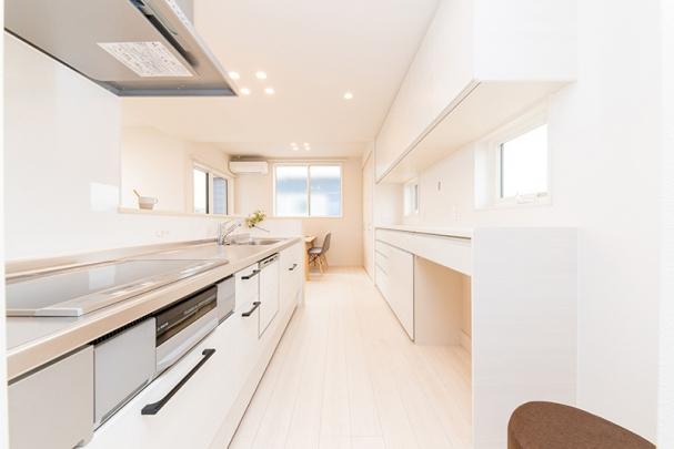 白の明るいキッチン カップボード付き