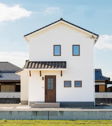 白壁に洋瓦が映えるかわいいお家です。