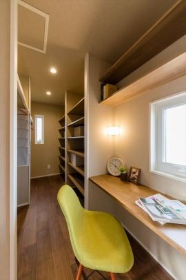 寝室横に造り付けドレッサーを設置。 書斎としても活用可能! 広々WICで衣替えも不要です。